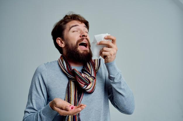 Doente, limpando o nariz com um lenço de fundo claro de problemas de saúde. foto de alta qualidade