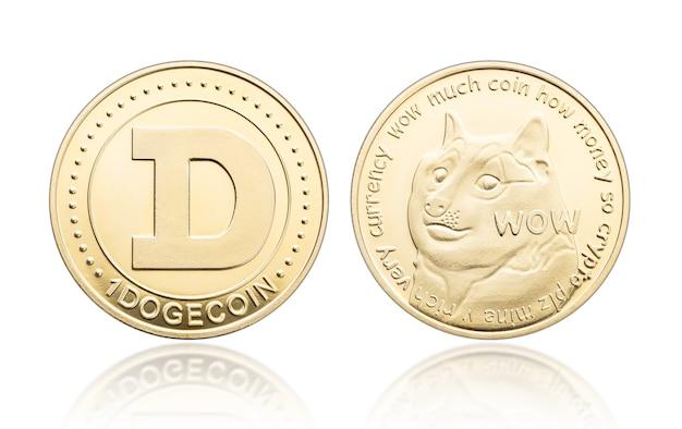 Dogecoins dourados isolados no fundo branco
