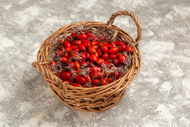 Dogwoods azedos frescos dentro da cesta na mesa branca