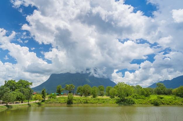 Doi luang chaing dao e reflexões na lagoa em chiangmai, tailândia