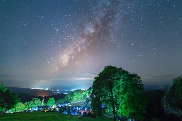 Doi samer daw, fotografia noturna da via láctea no parque nacional sri nan, tailândia