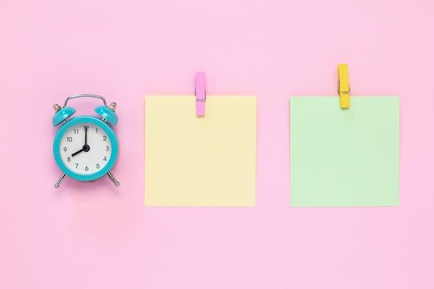 Dois adesivos em branco no quadro de avisos, conceito de planejamento, prazo.