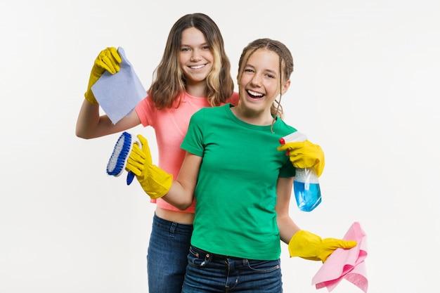 Dois adolescentes segurando-os para limpeza