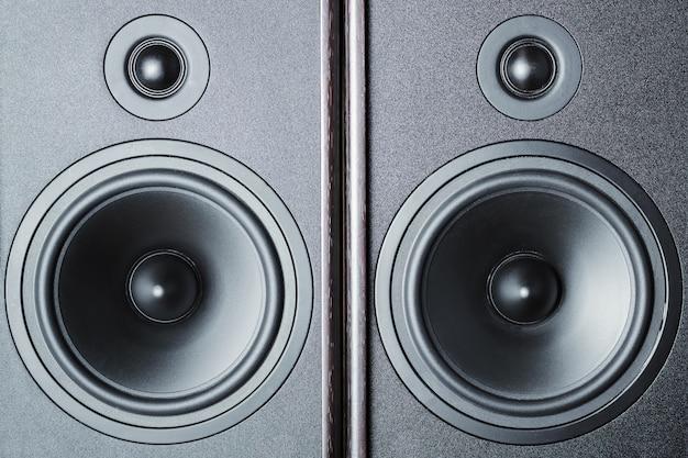 Dois alto-falantes de som de áudio no escuro, close-up