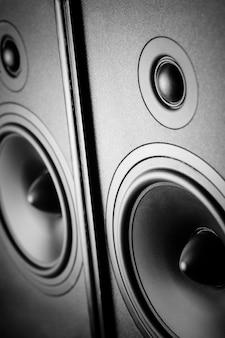 Dois alto-falantes de som no escuro
