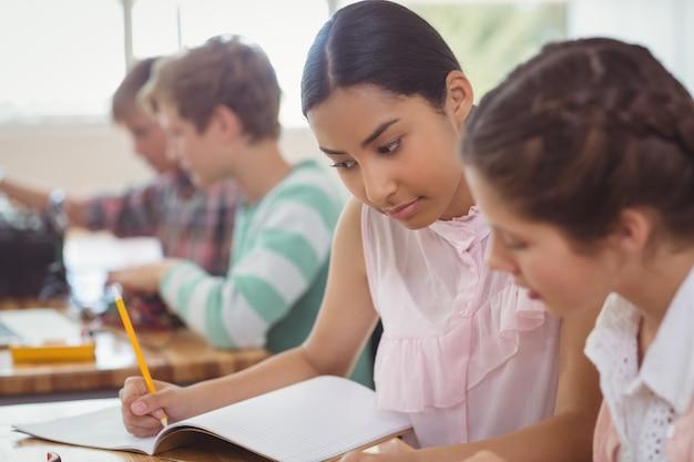 Dois alunos estudando em sala de aula