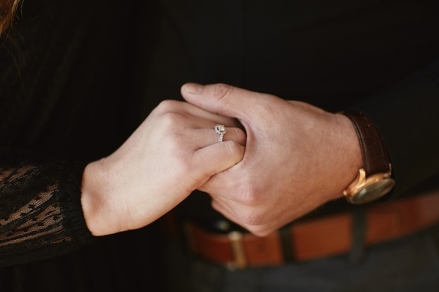 Dois amantes, um casal, um menino e uma menina estão de mãos dadas