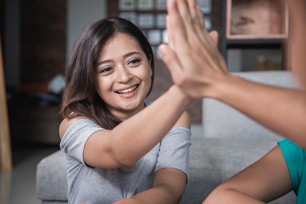 Dois amigo, apertando a mão enquanto estudava