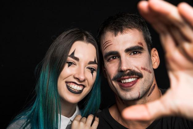 Dois amigos alegres com maquiagem assustadora
