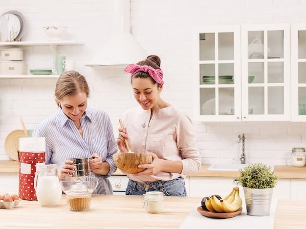 Dois amigos alegres cozinham juntos. amigos chef cook cooking concept