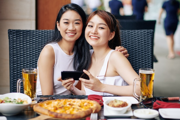 Dois amigos almoçam juntos