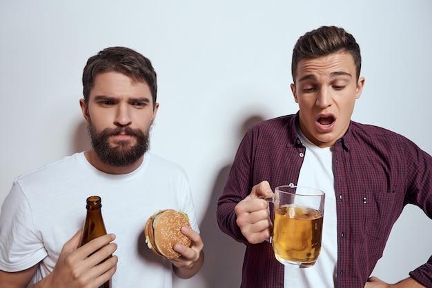 Dois amigos bêbados bebendo cerveja fast food estilo de vida divertido