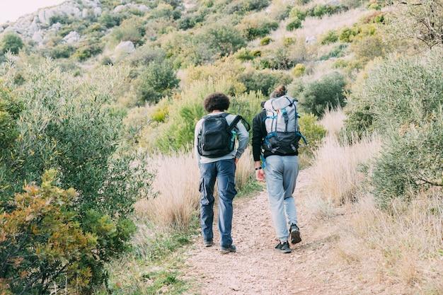 Dois amigos caminhando juntos