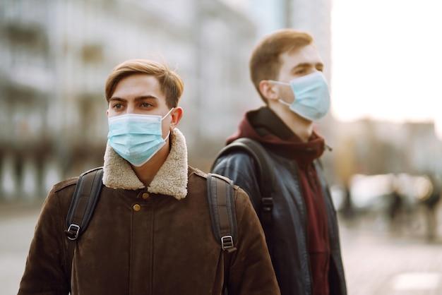 Dois amigos com máscara médica protetora estéril no rosto