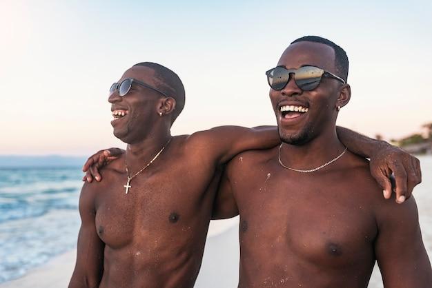 Dois amigos cubanos se divertindo na praia. conceito de amizade.