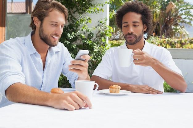 Dois amigos, desfrutando, café, junto