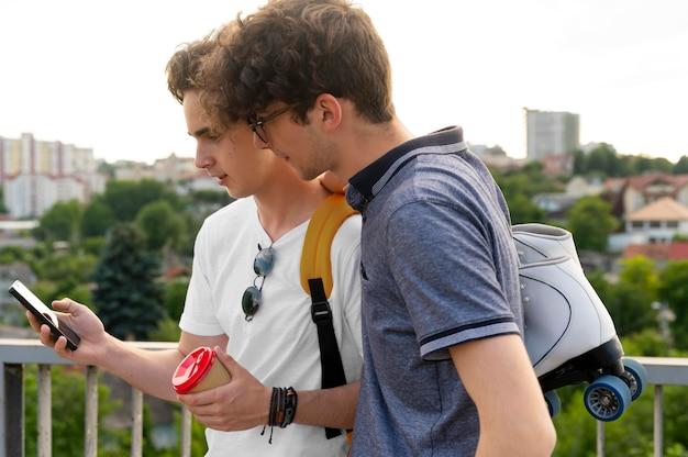 Dois amigos do sexo masculino passando um tempo juntos ao ar livre