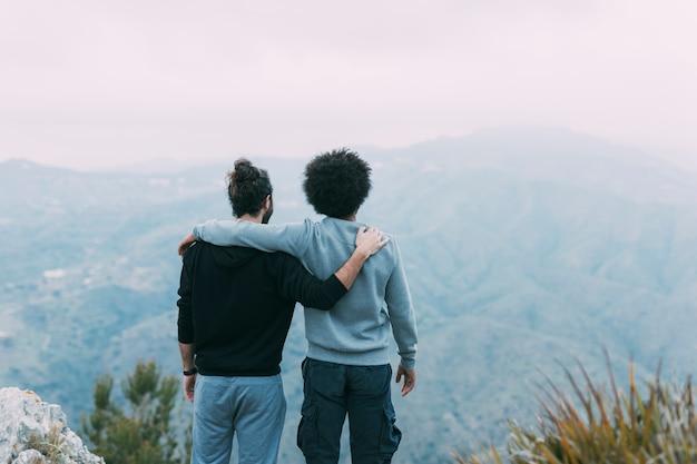 Dois amigos, em, montanhas