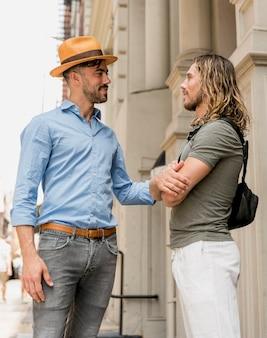 Dois amigos em pé olhando um ao outro