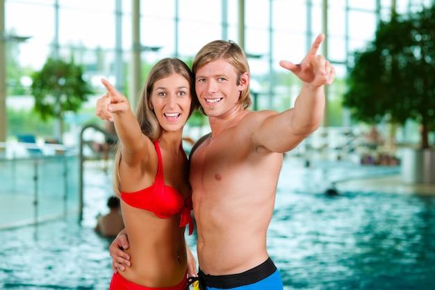 Dois amigos, em, público, piscina
