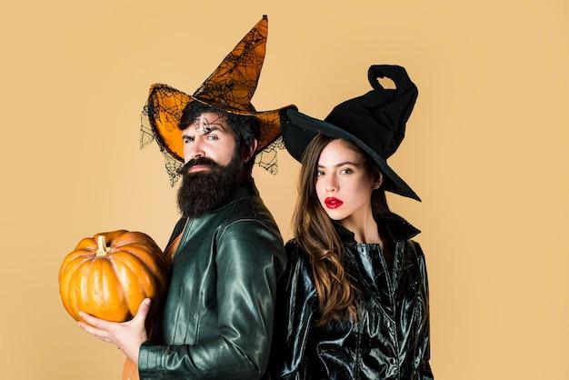 Dois amigos em uma festa de halloween feliz dia das bruxas casal de halloween curtindo um lindo dia das bruxas juntos