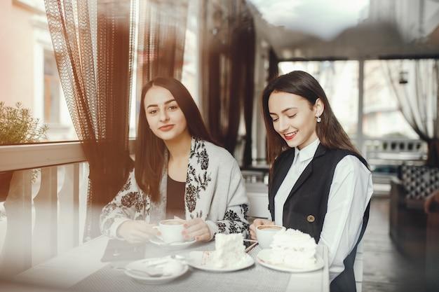 Dois amigos estão bebendo café no café