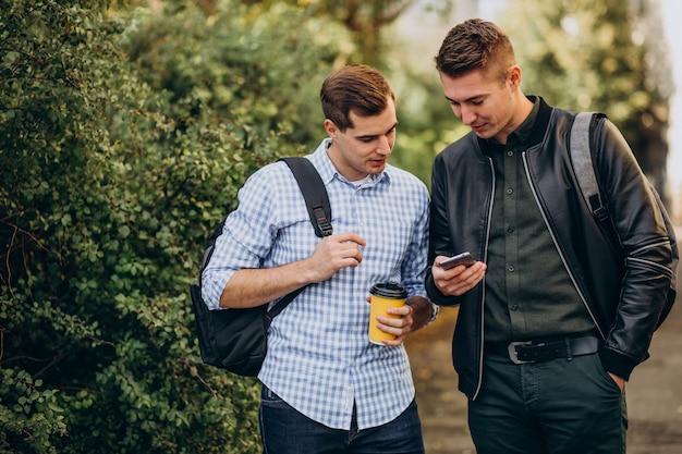 Dois amigos homens estudantes tomando café
