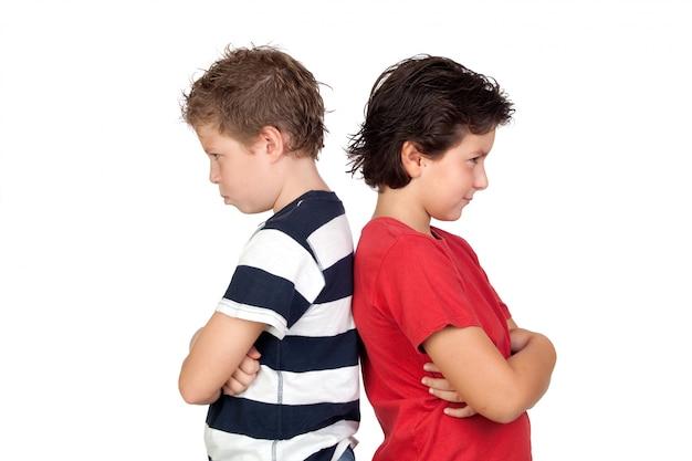 Dois amigos irritados isolados no fundo branco