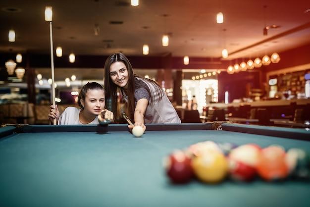 Dois amigos jogando bilhar no bar. conceito de jogo
