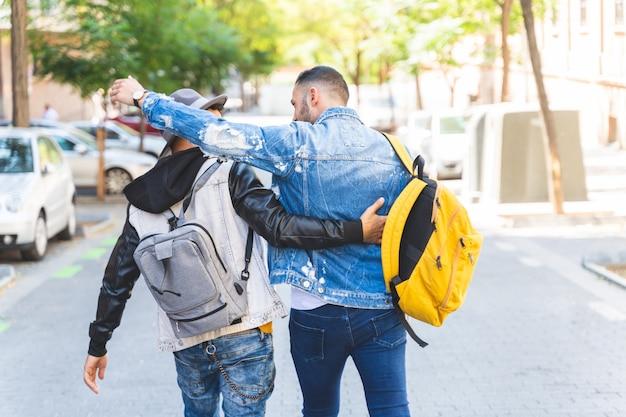 Dois amigos latino-americanos caminhando juntos para a universidade.