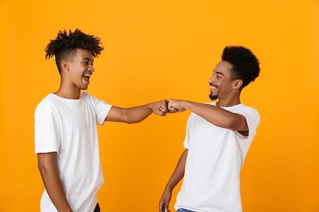 Dois amigos masculinos felizes em camisetas