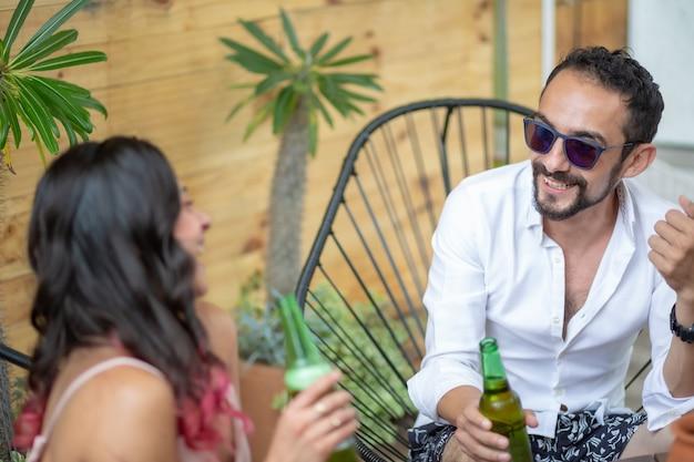 Dois amigos mexicanos bebendo cerveja nas férias de verão