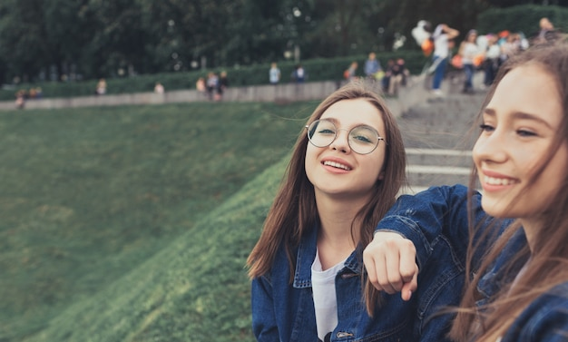 Dois amigos muito jovens no parque da cidade