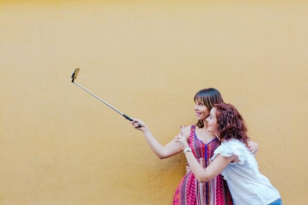 Dois amigos ou irmãs tomando uma selfie ao ar livre
