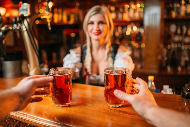 Dois amigos pegam cerveja da garçonete, oktoberfest