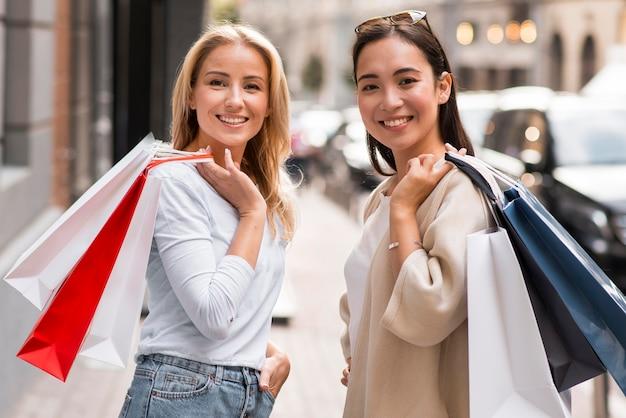 Dois amigos posando para fazer compras