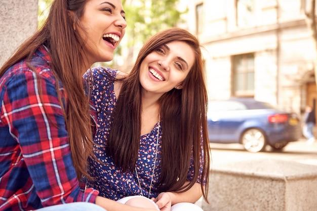 Dois amigos se divertindo na cidade