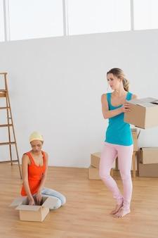 Dois amigos se mudando em uma nova casa