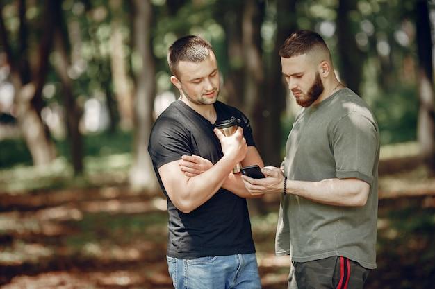 Dois amigos têm um descanso em uma floresta