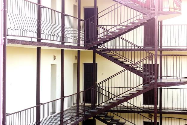 Dois andares com portas de madeira. interrior do hostel.