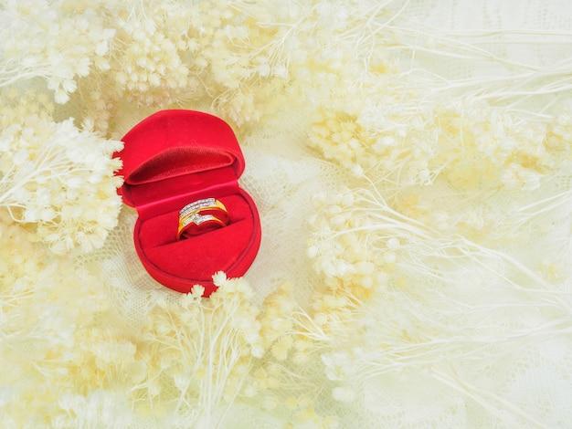 Dois anéis com flor rosa para casamento
