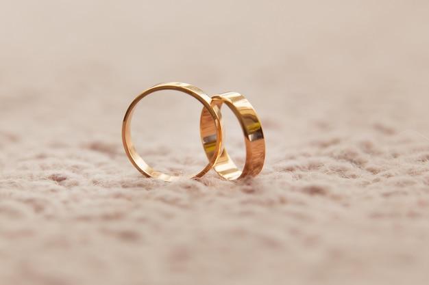 Dois anéis de casamento. conceito de amor