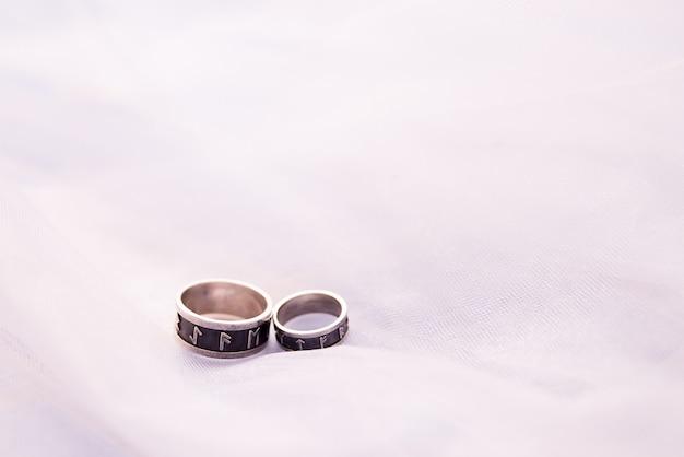 Dois anéis de casamento de prata em branco