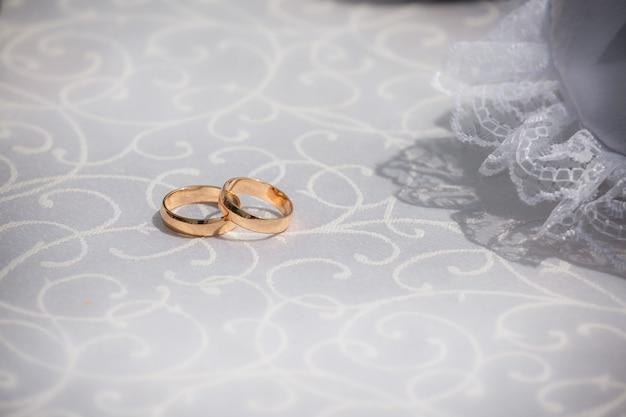 Dois anéis de casamento em tecido