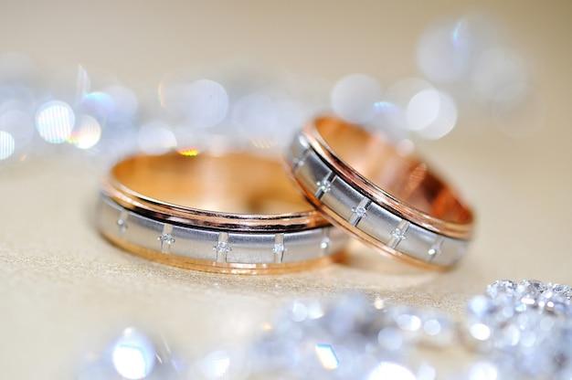 Dois anéis de casamento na mesa da cerimônia