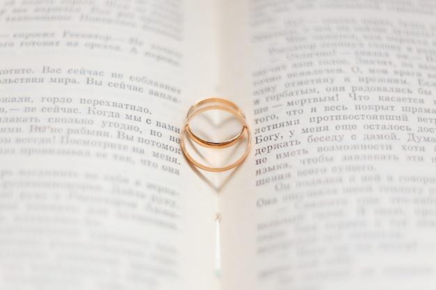 Dois anéis de casamento na página de um livro.