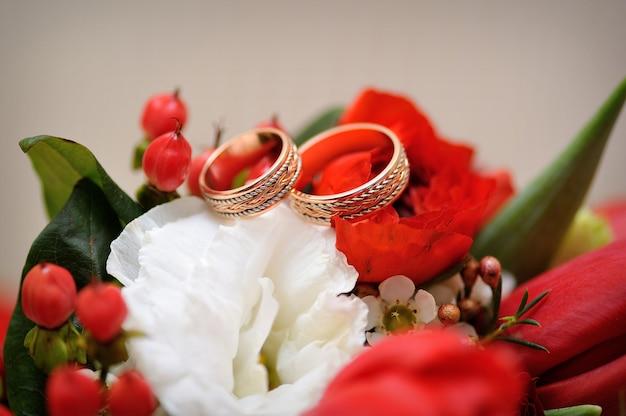 Dois anéis de ouro lindos buquê de casamento