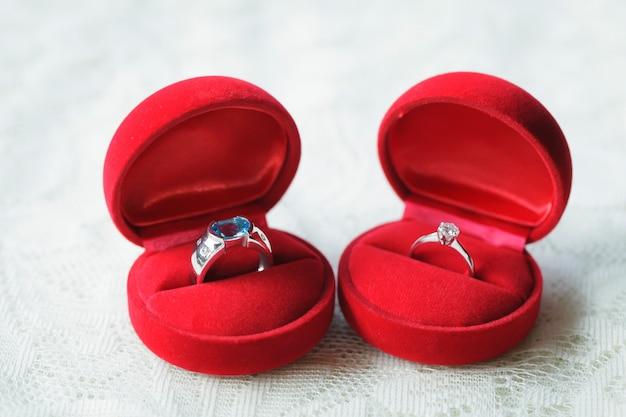 Dois anéis em caixa em seda branca para casamento