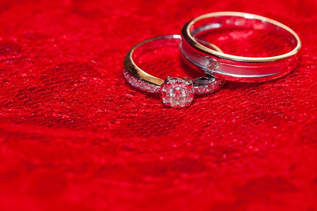 Dois anéis em seda vermelha para cerimônia de casamento
