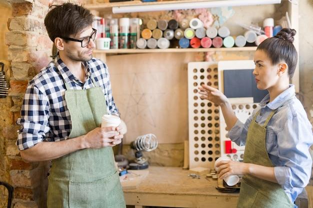 Dois artesãos dando um tempo do trabalho